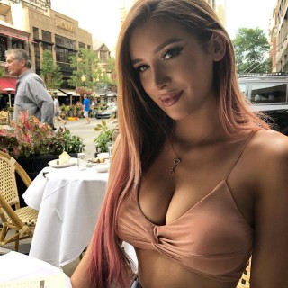 molly-eskam-model-vlogger-19.jpg