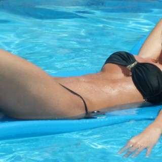 pool-side-sexy-ladies-07.jpg