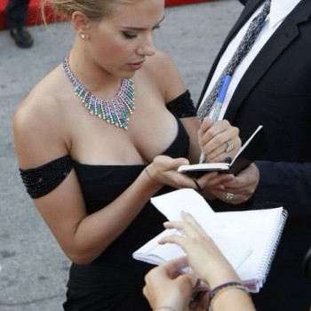 Scarlett Johansson is a lefty?
